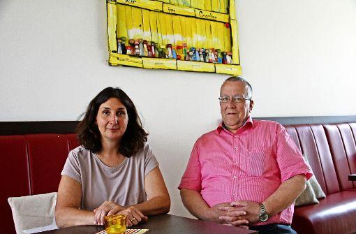 Magdalena Heinrichs vom Samariterstift und   Gert Dannenmann hoffen, dass die Initiative  in ganz Feuerbach bekannt wird. Foto: Marta Popowska