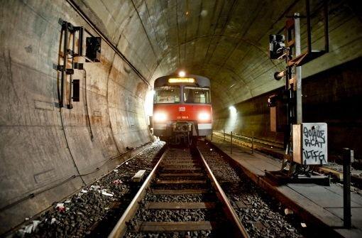 Klicken Sie sich durch Bilder aus dem Untergrund: Unterwegs im Tunnel der S-Bahn-Station Schwabstraße. Foto: Piechowski