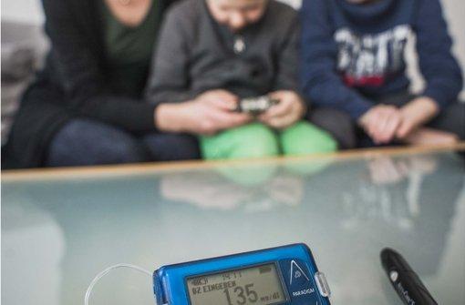 In Familien mit Diabetes gehören  Insulinrechner und Pen zum Alltag Foto: Lichtgut/Max Kovalenko