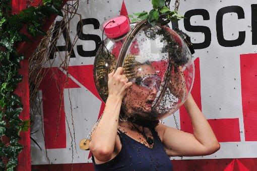 Tag 7 im Dschungelcamp - und Helena Fürst trällert Atemlos von Helene Fischer unter einem Plexiglashelm.  Foto: RTL/Stefan Menne