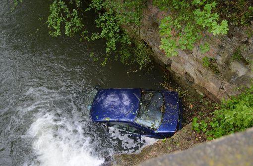 Schwäbisch Gmünd: BMW stürzt mit Karacho in Bach