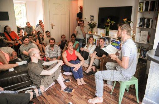 Locker vom Hocker: Hannes Finkbeiner bei seinhannes finkbeinerer Lesung in  Stuttgart Foto: Lichtgut/Ferdinando Iannone