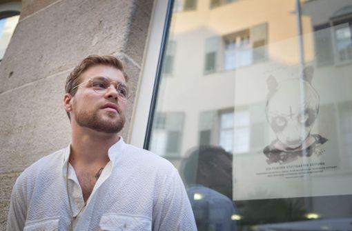 Hannes Kramer vor seinem Portrait von Cro am Tag der Ausstellungseröffnung. Foto: Lichtgut/Max Kovalenko