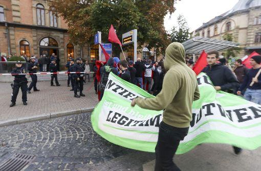 Mit Transparenten wird gegen die AfD-Veranstaltung protestiert. Foto: factum/Granville