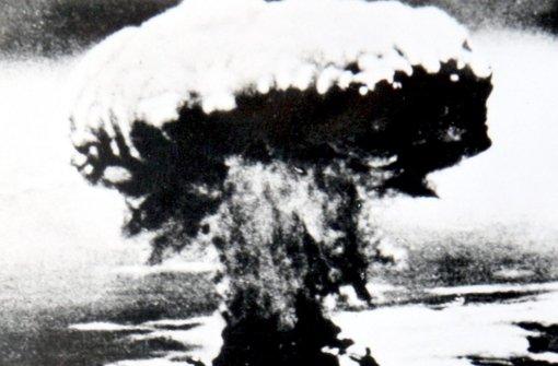 Der beginn des Atomzeitalters –   Nagasaki,   9. August 1945: Ein amerikanischer Bomber vom Typ Boeing B-29 Superfortress wirft nach Hiroshima (6. August 1945) die zweite Atombombe auf eine japanische Großstadt ab. Foto: dpa