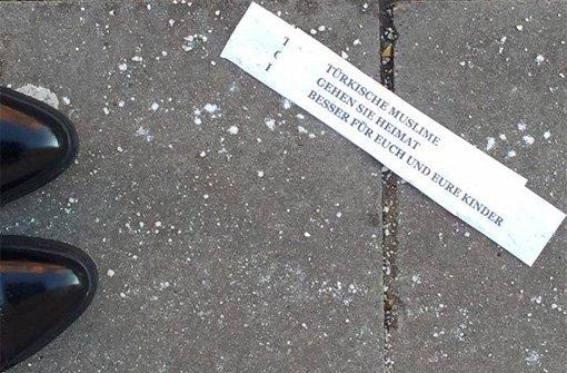 Rund um den Kelterplatz in Stuttgart-Zuffenhausen wurden am Montag diese beleidigenden Zettel gefunden. Foto: privat