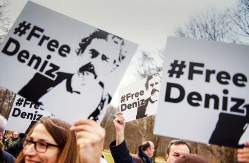 Proteste vor der türkischen Botschaft nach der Verhaftung von Yücel vor einem Jahr Foto: dpa