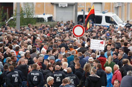 Hunderte Bürger demonstrieren vor Stadion – die Entwicklungen im Liveblog