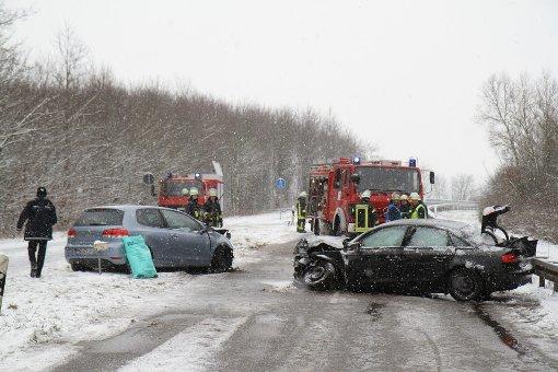 Zwei Autos krachen auf schneebedeckter Straße bei Illingen (Enzkreis) frontal zusammen, drei Personen ziehen sich dabei schwere Verletzungen zu.  Foto: www.7aktuell.de   Dan Becker