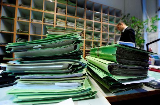 Viele Richter und Staatsanwälte schaffen es kaum noch, ihre Aktenberge abzuarbeiten. Foto: dpa