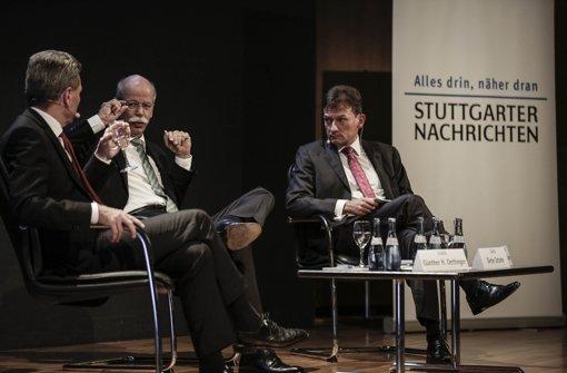 """Auf dem Podium: Der Chefredakteur der """"Stuttgarter Nachrichten"""", Dr. Christoph Reisinger, mit seinen Gästen Daimler-Chef Dr. Dieter Zetsche und EU-Kommissar Günther Oettinger Foto: PPFotodesign.com"""