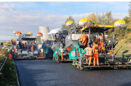 Die Straßenbauer bremsen den Verkehr aus