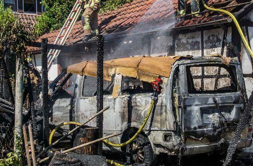 Mercedes brennt in Carport vollständig aus