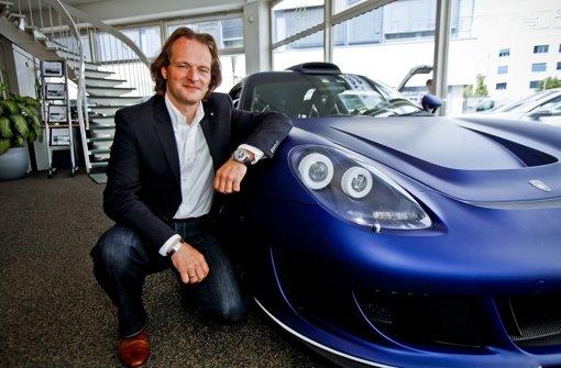 Andreas Schwarz vor einem getunten Porsche Foto: Peter-Michael Petsch