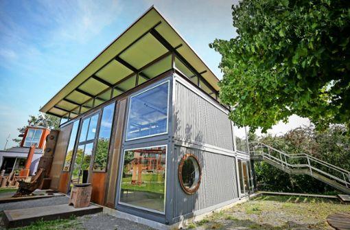 Das Galeriehaus  besteht aus einstigen  Containerwänden, Skulpturen aus Schrott und  alten Brückenpfeilern. Foto: factum/Granville