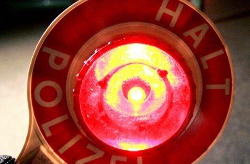 Ein oder mehrere Täter werfen in Gäufelden eine Gehwegplatte in ein fahrendes Auto. Der 17-jährige Beifahrer wird glücklicherweise nur leicht verletzt. Foto: dpa (Symbolbild)