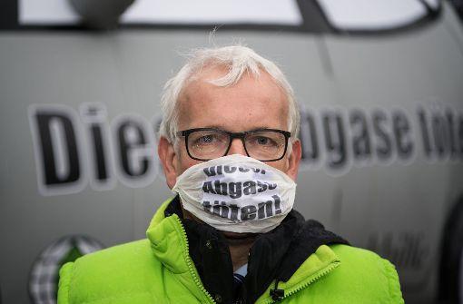 DUH-Geschäftsführer Jürgen Resch demonstriert im September bei der Eröffnung der Internationalen Automobilmesse IAA gegen den Diesel – öffentlichkeitswirksam mit einer Atemschutzmaske. Foto: dpa