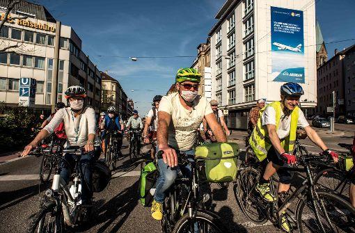 500 Fußgänger auf Hohenheimer Straße bremsen Verkehr aus