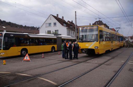 ...zu einem Zusammenstoß zwischen der Stadtbahn und einem Auto gekommen. Foto: SDMG