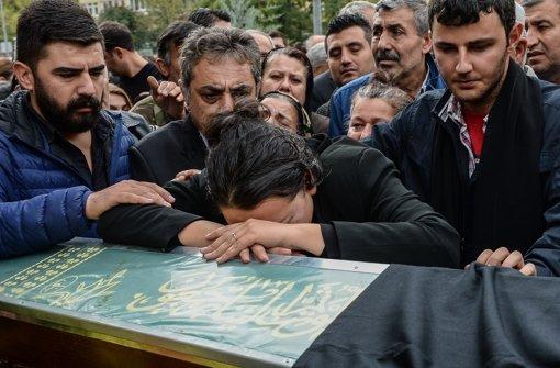 Eine Verwandte trauert um einen 32-jährigen Anwalt, der bei dem verheerenden Anschlag in Ankara ums Leben kam Foto: Getty Images Europe