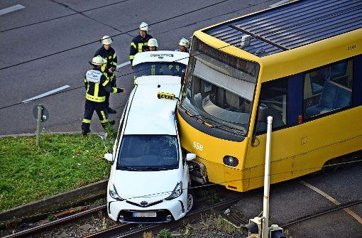 Taxifahrer bei Kollision mit Stadtbahn verletzt