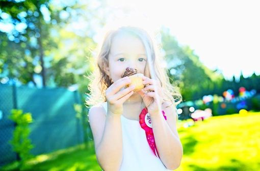 Muffins sollten weder bei Kindern noch bei Erwachsenen   täglich auf dem Speiseplan stehen. Zu besonderen Anlässen ist nichts gegen ein Küchlein einzuwenden. Foto: mauritius images / Westend61 / HalfPoint