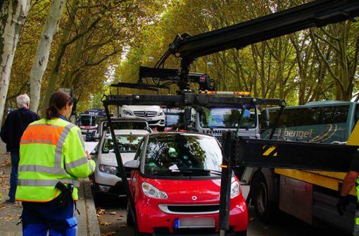 Polizei schleppt haufenweise Falschparker ab