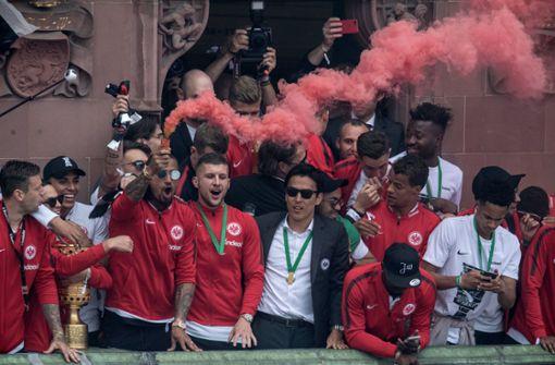 """Kevin-Prince Boateng (der Mann mit der Rauchbombe) steht gleich mit zwei Aussagen zur Wahl:""""Es kommt mir vor, als ob wir mehr gegen Pyrotechnik kämpfen als gegen Rassismus."""" """"Bruder, schlag den Ball lang!"""" – Kevin-Prince Boateng und Ante Rebic von Eintracht Frankfurt im DFB-Pokalfinale gegen den FC Bayern –  Boateng: """"Er hat vor dem Spiel gesagt mit seinem super Deutsch: """"Bruder, schlag den Ball lang!"""" Und dann hab ich gesagt: 'Bruder, ich schlag den Ball lang!'"""" Foto: dpa"""