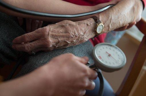 Viel Zeit bleibt den Pflegekräften nicht, denn es fehlt an Personal – dabei wird die Zahl der Pflegebedürftigen in den nächsten Jahren rapide zunehmen. Foto: dpa
