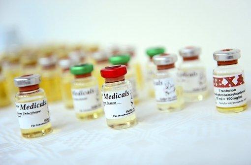 Trophäen der Dopingfahnder: Fläschchen mit muskelaufbauenden anabolen Steroiden – künftig drohen Dopern harte Strafen Foto: dpa