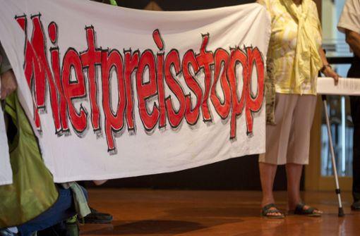 Die Zuschauer zeigen auf der Tribüne ihre Forderung zur Wohnungspolitik. Foto: Lichtgut/Leif Piechowski