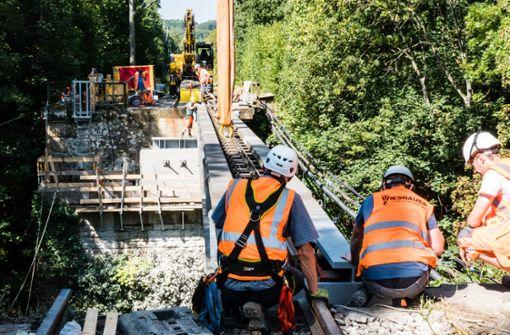 Am Donnerstag wurde die Behelfsbrücke eingesetzt.  Foto: Benjamin Beytekin