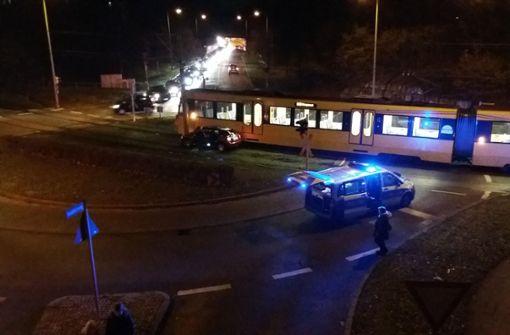 ... und ist im Kreisverkehr Seeblickweg/Steinhaldenstraße mit einer Stadtbahn der Linie U19 zusammengestoßen. Foto: 7aktuell.de/Jens Pusch