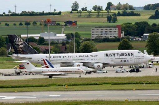 Die riesige Boeing 747 der britischen Rocker Iron Maiden stellt auf dem Flughafen von Zürich so ziemlich alles in den Schatten. Foto: Twitter-Screenshot