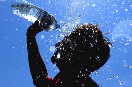 Warum sollte man im Sommer warme Getränke trinken?