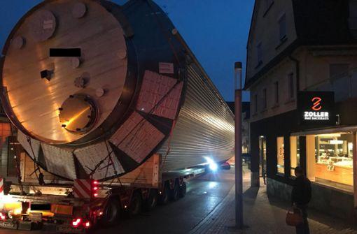 40 Meter langer Schwertransporter klemmt fest