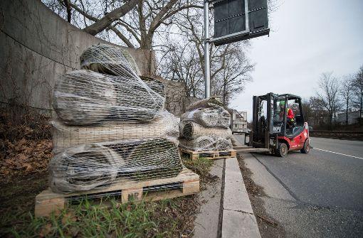Die Paletten werden längst der Straße platziert. Bis Freitag sollen die Moosteppiche an den Wänden befestigt werden. Foto: dpa
