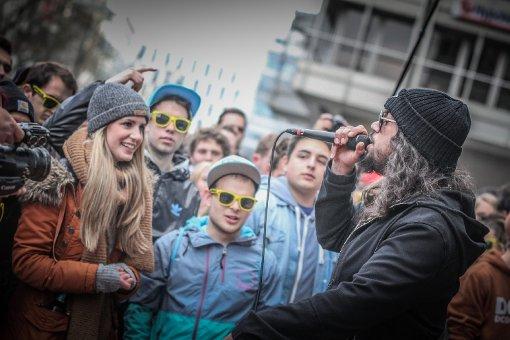 HipHop-Star rockt die Straße - das Video