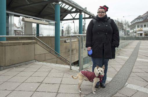 Frau, arbeitslos, mit Hund  erfährt viel Hilfe