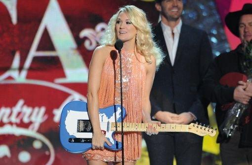 Sänger Luke Bryan wird bei den American Country Awards in Las Vegas mit neun Preisen überhäuft - doch auch Carrie Underwood (Foto) und andere dürfen feiern. Hier die Fotos eines bunten Abends - klicken Sie sich durch die Bildergalerie: Foto: AP