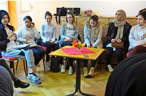 Chaimaa Hibaoui (links) erklärt die Grundregeln von Karate. Anschließend probieren es die jungen Frauen selbst aus. Foto: Julia Bosch
