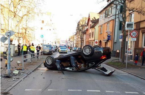 Auto überschlägt sich