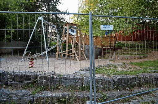 Ein Spielplatz hinter Gittern