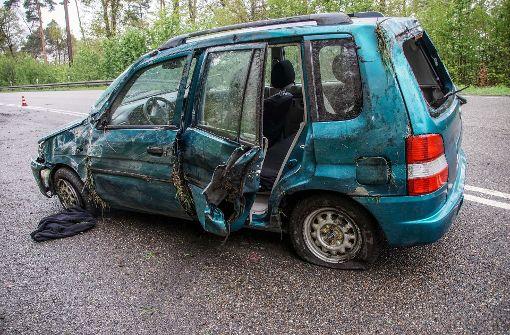 Auto gerät ins Schlingern und überschlägt sich