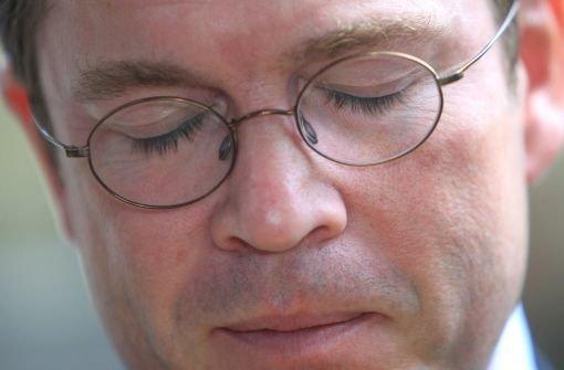 Augen zu und durch - der Druck auf Karl-Theodor zu Guttenberg war wohl doch zu groß geworden. Am Dienstag hat er sein Rücktrittsgesuch bei Bundeskanzlerin Angela Merkel eingereicht.  Foto: dpa