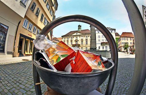 Ärgernis par excellence: überquellende  Müllbehälter auf dem Marktplatz. Foto: Ines Rudel