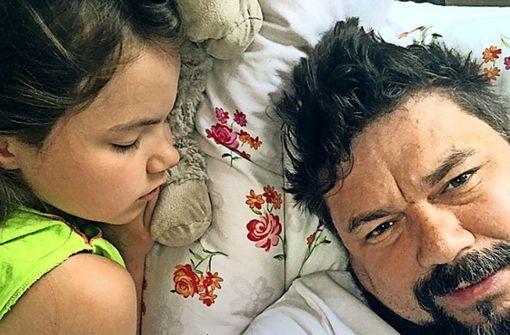 Thomas Karzelek mit seiner Tochter Lara: Wo sich die beiden aufhalten, ist unbekannt. Das Foto hat uns Karzelek zur Verfügung gestellt. Er will damit dokumentieren, dass es der Neunjährigen nach der umstrittenen Rückholaktion gut geht. Foto: privat