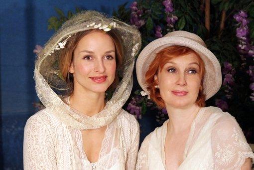 """Lara Joy Körner (links) und Verena Wengler im Stück """"Verzauberter April"""". Foto: z"""