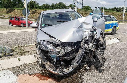 Der 70-jährige Fahrer des Unfallwagens wurde schwer verletzt und musste in eine Klinik geflogen werden. Foto: SDMG
