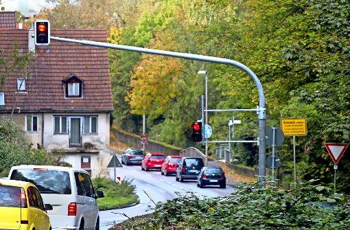 Grüppchenweise durch den Ort: Die neue Remsecker Ampel soll die Anwohner der Remstalstraße vor Stau bewahren. Foto: factum/Granville